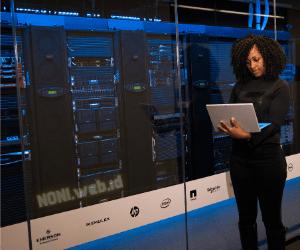 Seorang Perempuan Sedang Memeriksa Server Hosting